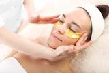 Akupresura, masaż skroni, złote płatki kolagenowe
