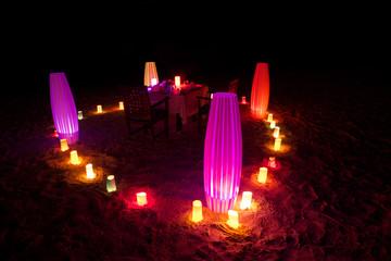 Tavolo illuminato per cena romantica.