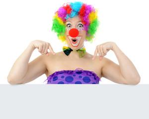 Clown zeigt auf Poster mit Textfreiraum