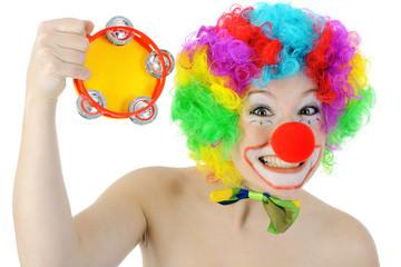 Clown macht Musik mit Tamburin