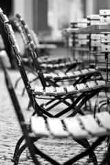 Stühle im Gartenlokal