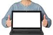 Mann präsentiert Laptop mit Textfreiraum