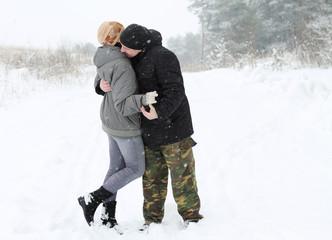 пара на снегу