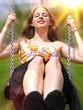 Junge glückliche Frau beim Schaukeln