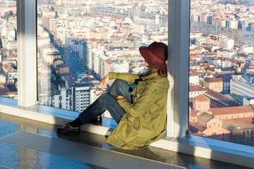 Giovane donna che osserva il panorama della città