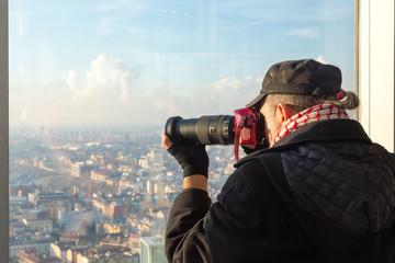 Persona che fotografa un panorama