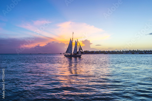 Papiers peints Coucher Sunset at Key West with sailing boat