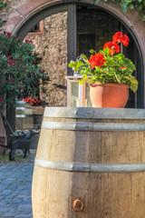 Großes Holzfass auf einem Weingut