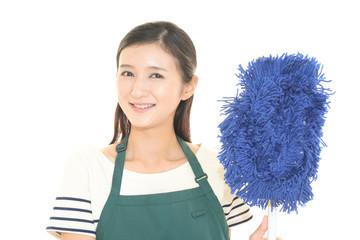 掃除をする主婦