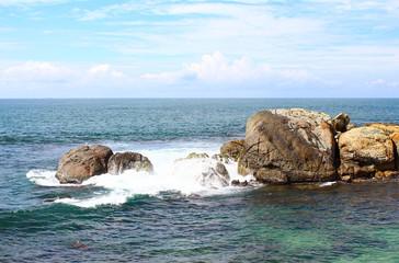 Волна ударилась о скалы, индийский океан