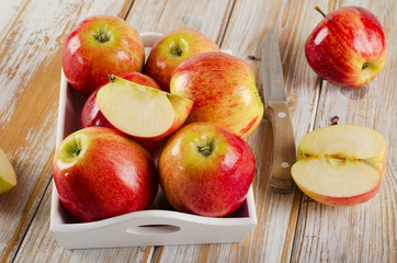 Fresh  apples  in a  wooden white box .