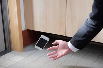 落下するスマートフォン