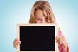 canvas print picture - Mädchen schaut über leere Kreidetafel