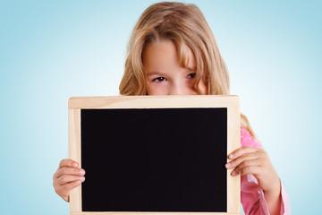 Mädchen schaut über leere Kreidetafel