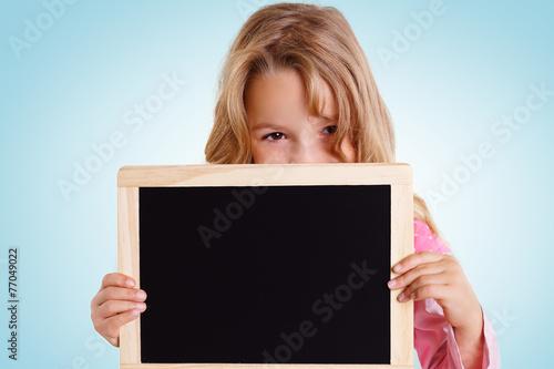 canvas print picture Mädchen schaut über leere Kreidetafel