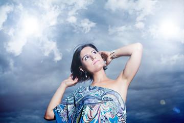 Retrato de Hermosa mujer joven en fondo de nubes.Libertadd