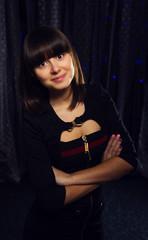 девушка в черном платье на фоне кружев и боке