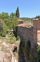 Mauer und Graben des Klosters Fontfroide