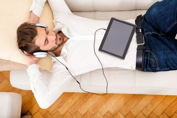 Hipster mit Kopfhörer auf dem Sofa