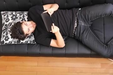 Mit dem Tablet PC auf dem Sofa