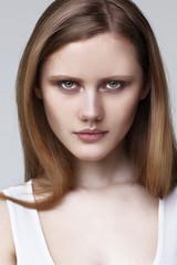 Портрет девушки модели на сером фоне