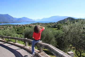 Valtenesi, paesaggio con turista