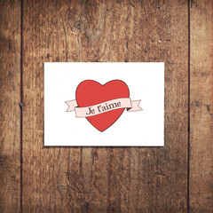 Carte postale sur fond bois