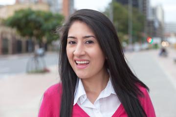 Fröhliche Frau aus Südamerika mit roter Weste