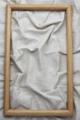 cornice di legno su fondo tessuto grezzo