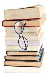 Paire de lunettes coincée dans une pile de livres