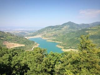 Tepeden göl manzarası