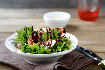 Light salad with figs and lettuce