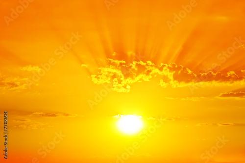 Papiers peints Coucher cielo dorado por el amanecer