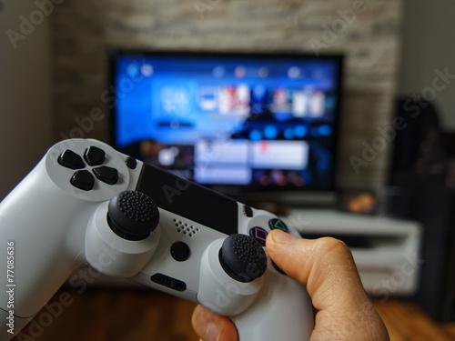 Hand mit Controller - 77085636