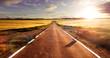 Leinwanddruck Bild - Aventuras y viajes por carretera.Carretera y campos