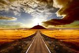 Fototapety Aventuras y viajes por carretera.Carretera y cruz en la colina