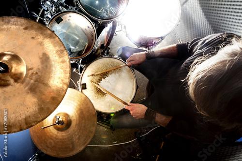 Leinwanddruck Bild Hombre tocando la batería.Fondo de música