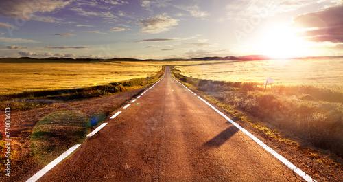 Leinwanddruck Bild Aventuras y viajes por carretera.Carretera y campos
