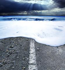 tormenta en el oceano.Carretera y viajes de aventura