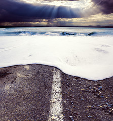Paisaje marino y tormenta.Carretera y océano