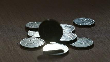 Падающие двухрублевые  монеты (замедленно)