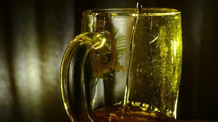 кружка и пиво наливается