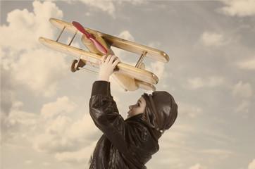 Kleiner Junge mit Flieger