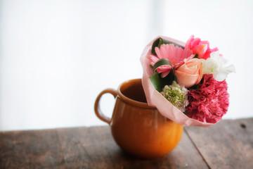 アンティークのテーブルと小さい花束