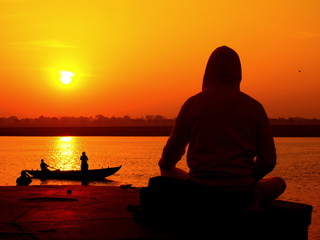 ガンジスの朝日を浴びながら瞑想