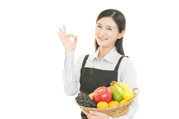 果物を持つ主婦