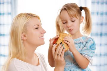 Mutter und Kind beim Essen