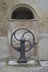 Arcevia, pompa del pozzo dell'acqua