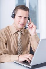 Call Center Mitarbeiter mit Headset