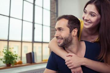 entspanntes junges paar umarmt sich